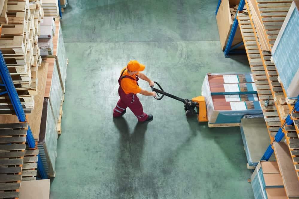 סידור אספקה טכנית במחסן עם מזלג
